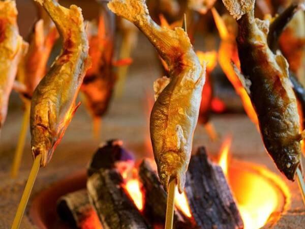 【贅沢グルメプラン(6~8月)/一例】レストランの囲炉裏で鮎の汐焼きをご用意♪