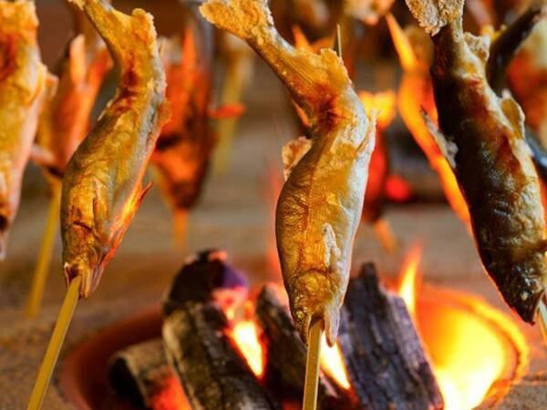 【おもてなしプラン(6~8月)/一例】レストランの囲炉裏で鮎の汐焼きをご用意♪