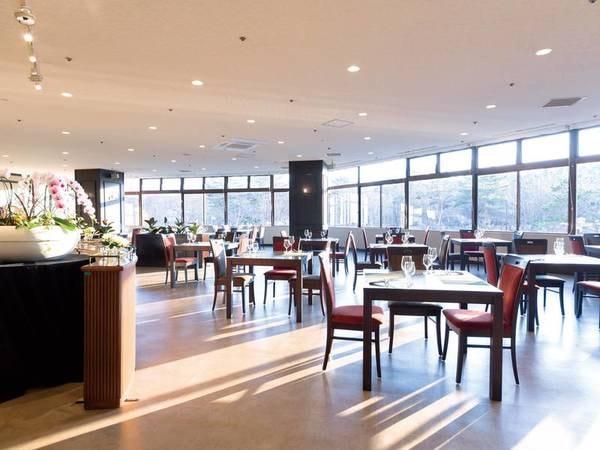 【レストラン】広々と開放的な空間でお食事を