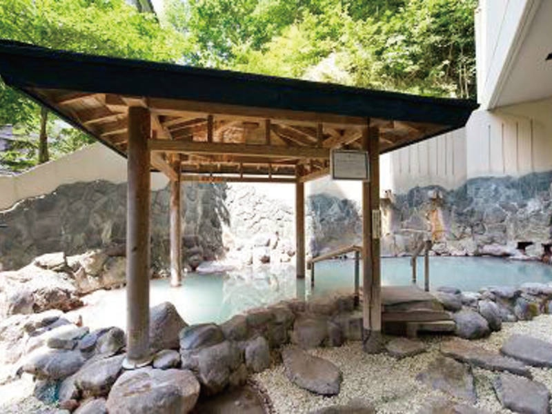 【露天風呂】新緑の中で湯浴みも