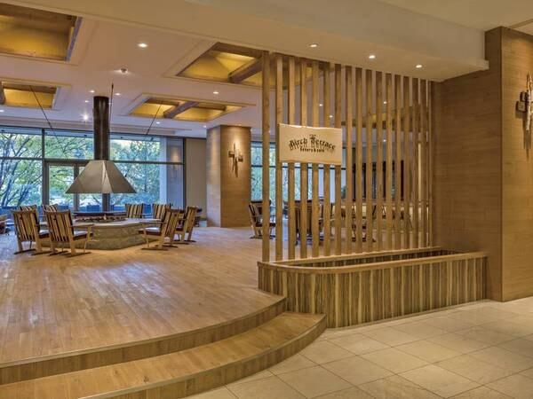【館内】エントランスフロアには、パン工房と足湯を併設した「バーチテラス~ベーカリー&カフェ~」があります