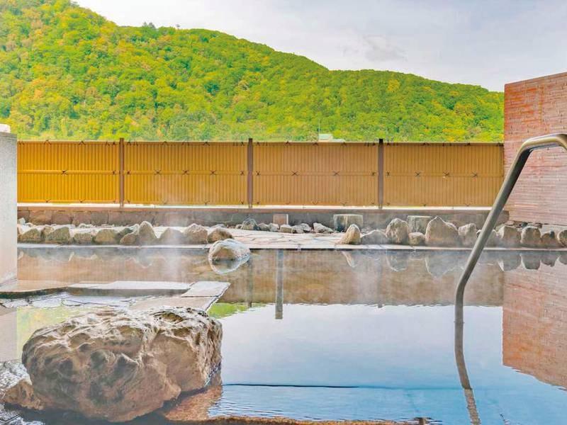 【露天風呂/春夏】雄大な山々を眺めながら爽快な湯浴み