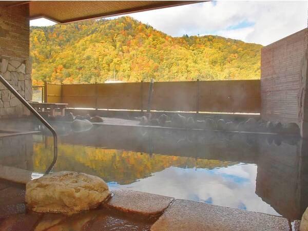 【露天風呂/秋】赤や黄に染まる山々を眺めながらゆったりと湯浴み