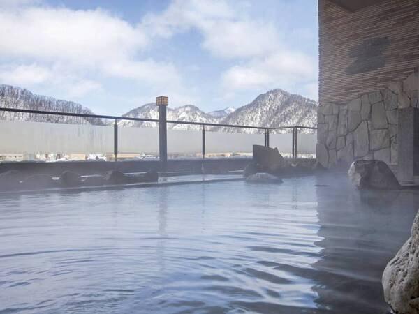 【露天風呂/冬】雪化粧の山々と立ち上る湯けむりを楽しむ