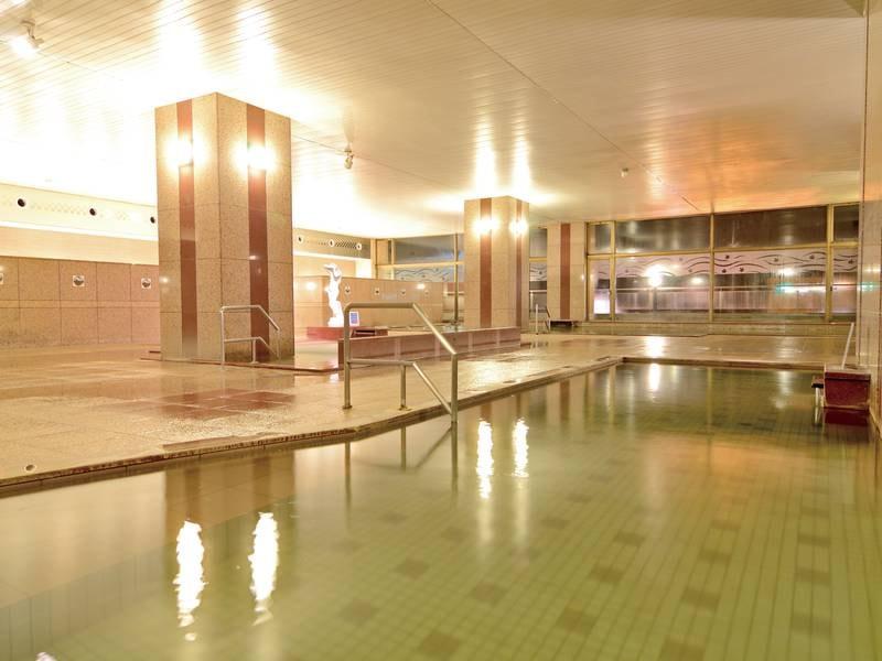 【男性内風呂】広々とした浴場内には大小様々な浴槽をご用意