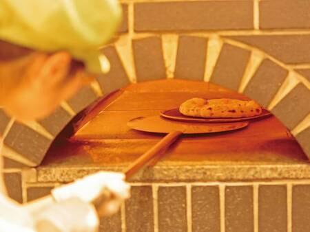 【約80種ライブビュッフェ/例】本格的な石窯で焼き上げるピッツァ