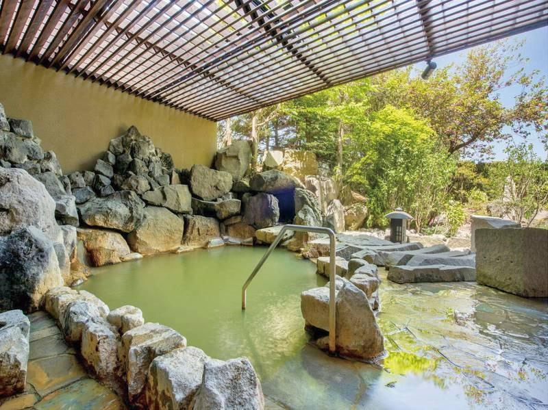 【地下1階・月の湯】庭園を感じる岩露天風呂
