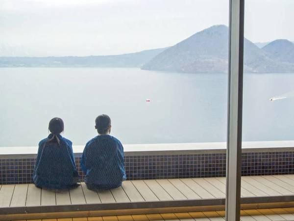 【洞爺湖万世閣ホテルレイクサイドテラス】洞爺湖を全身で楽しめる眺望が魅力の口コミ高評価宿!北海道ならではの約80種ライブビュッフェで季節を満喫