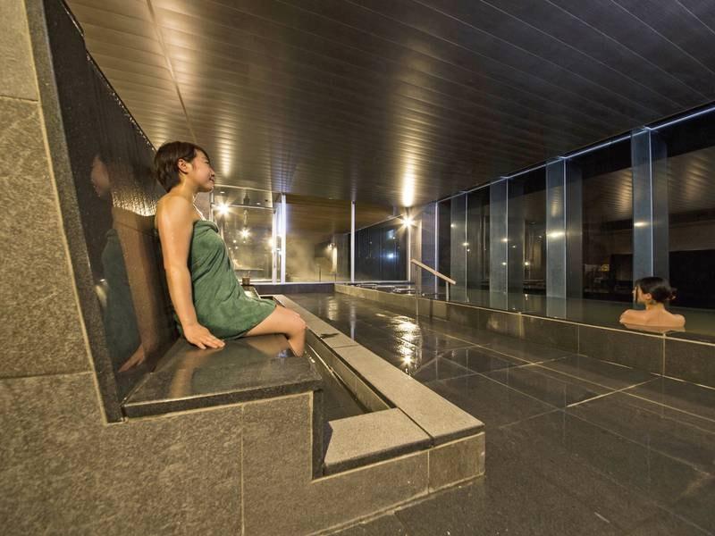 【8階・星の湯】ホテルには珍しい腰掛湯。背に流れるお湯とフットバスで湯疲れを癒します
