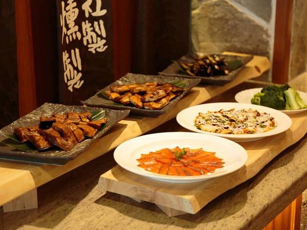 【夕食ビュッフェ/例】自社の燻製室を持ち、海鮮や野菜などの燻製もご提供