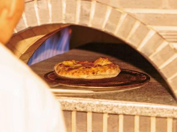 【夕食ビュッフェ/例】自社工房のチーズを使用した石釜焼きマルゲリータが絶品