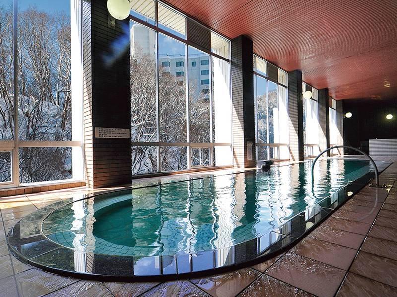 【大浴場(冬)】風情ある冬の雪見風呂も魅力