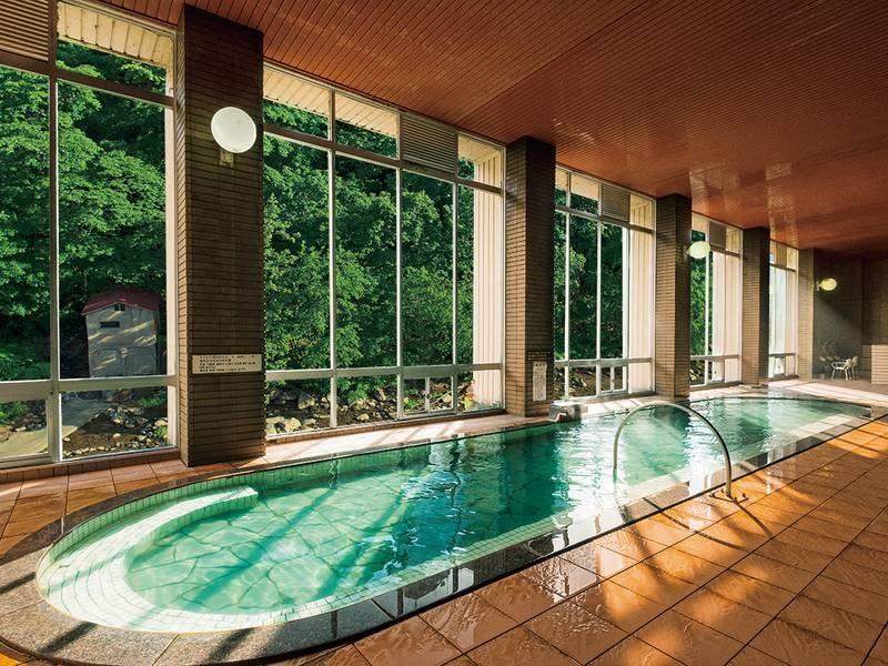 【大浴場(夏)】緑豊かな渓谷美を眺める