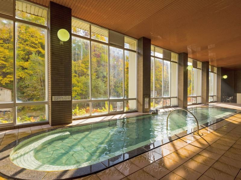 【大浴場(紅葉)】例年10月は紅葉見頃!大きな窓から景色を楽しむ