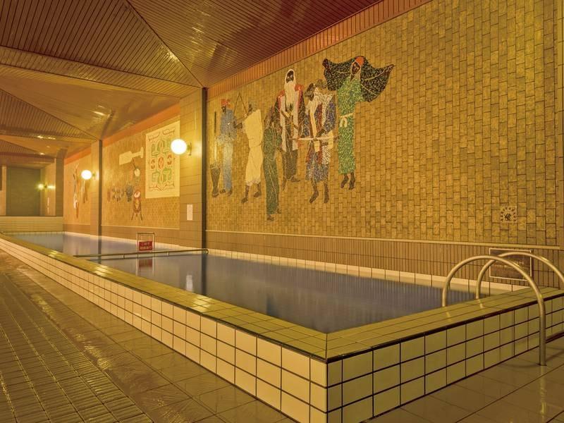【大浴場】広々としたプール風の浴槽