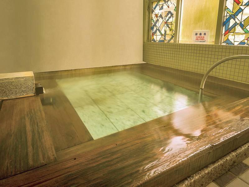 【中浴場】香りを楽しみながらつかる檜風呂