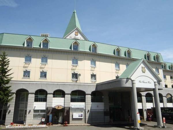 【外観】三角の屋根が目印のホテルです