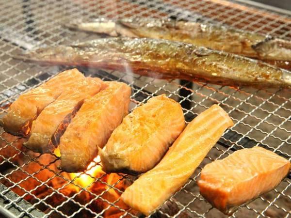 【朝食バイキング】焼き魚は炉端焼きたてを提供