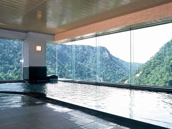 【展望大浴場<大雪乃湯>】高台から雄大な大雪の山々を見渡す