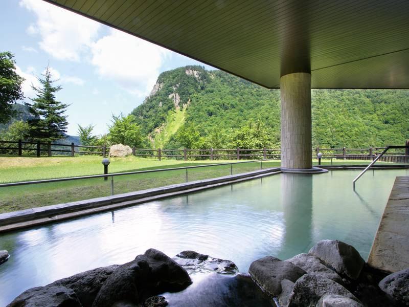 【渓谷露天風呂<天華の湯>】渓谷の絶景を満喫!爽快な朝風呂がおすすめ