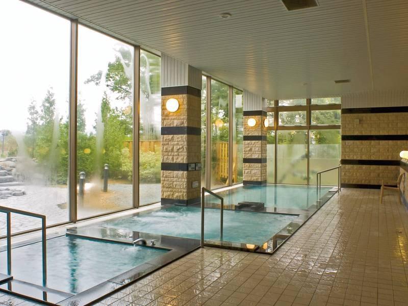 【大浴場】炭酸泉やサウナ、高・低温湯など様々な浴槽を完備