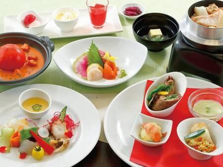 【夕食/例】旬の食材を使用した創作料理の数々が並ぶ