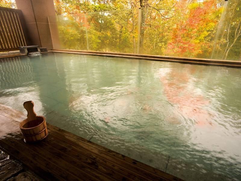 【森の天空露天風呂】紅葉期は美しい色づきとともに