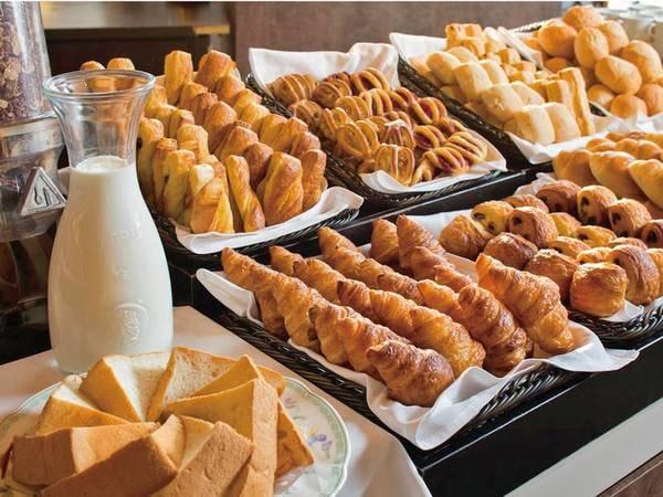 【朝食/例】焼きたてパンが人気!