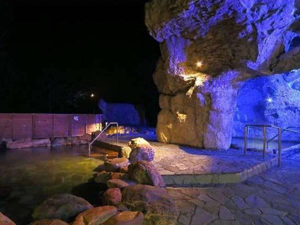 【青の洞窟温泉 ピパの湯 ゆ~りん館】美肌の湯が自慢の宿。青く照らし出させる洞窟露天風呂は美しい夜景とともに幻想的。