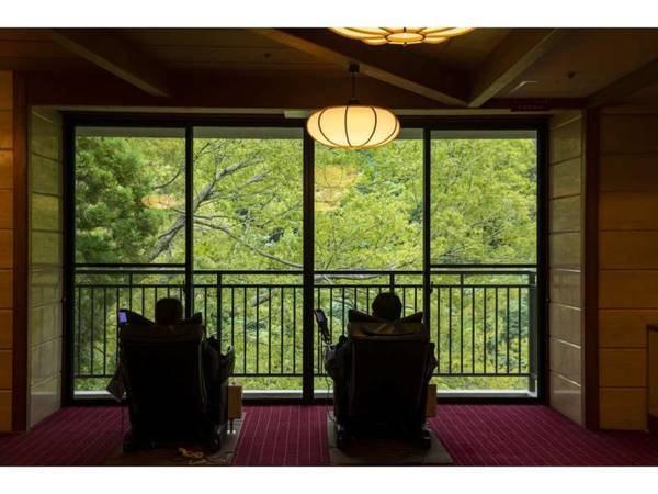 湯上り処:温泉の後は美景を眺めながらマッサージ機でリラックス