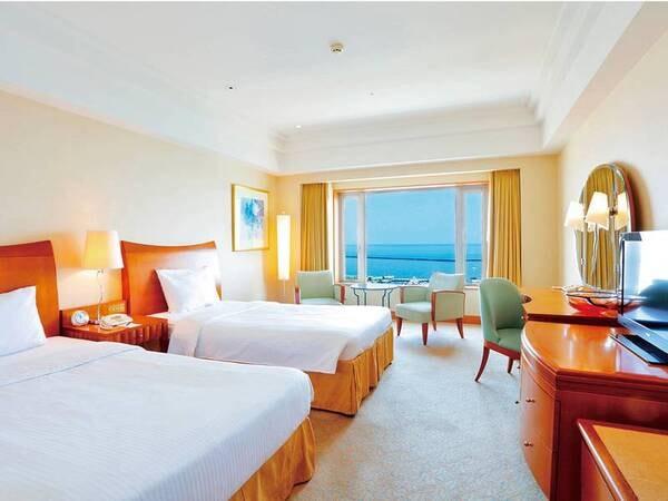 【海側DXツイン/例】14階以上32平米の客室。窓の外には大パノラマが広がる