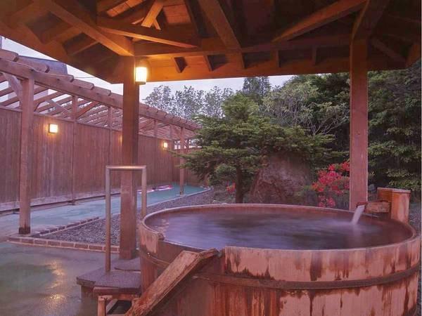 【本館露天風呂】『熱の湯』とも呼ばれるほど、体が芯から温まるお風呂
