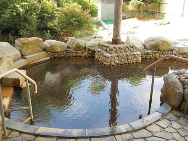 【新館露天風呂】身体がぽかぽかあたたまる塩化物泉を注ぐ岩造りの湯殿