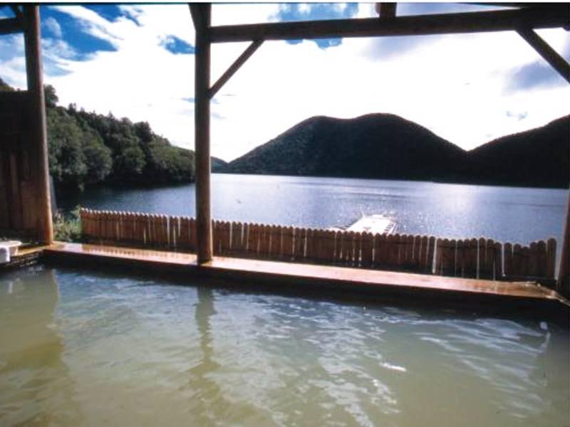 【露天風呂】湖にせり出し、湖畔の大自然を堪能する露天風呂