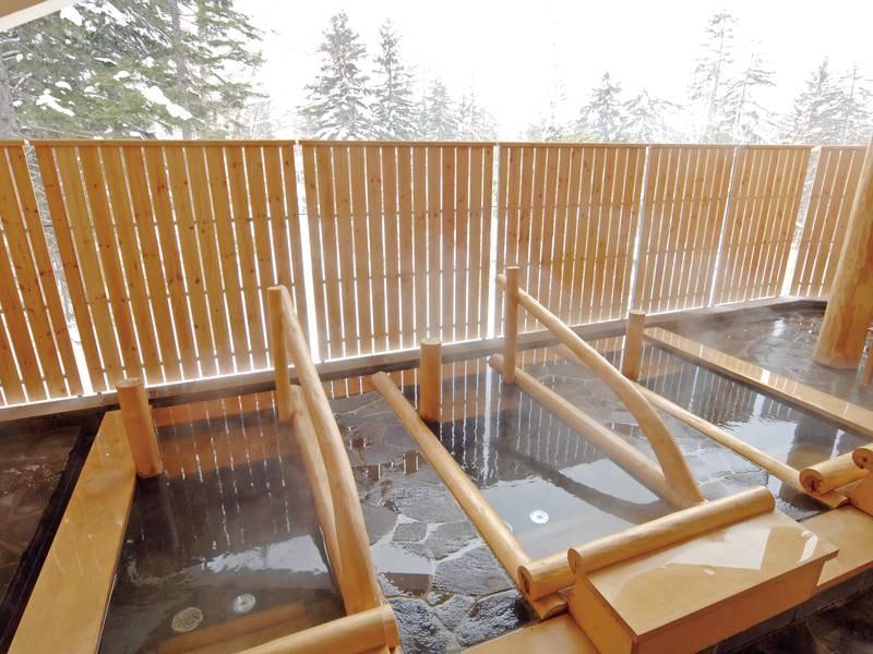 【露天風呂の寝湯】一人用の湯船に横たわり、気分は大自然と一体