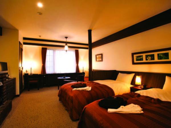 広さ32平米の山小屋風の客室/例。ミニキッチンも完備している