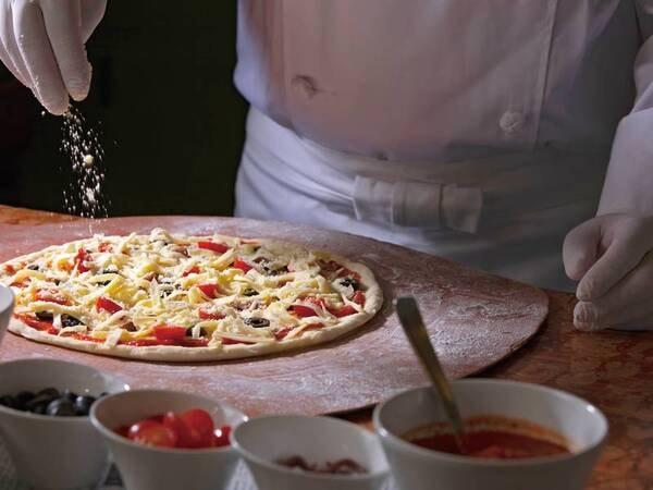 【冬メニュー/例】実演!できたて熱々のピザ