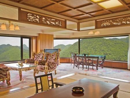 【スイートルーム:150㎡/例】窓からの180度パノラマの景色、広々としたバスルームを備えたスイートルーム