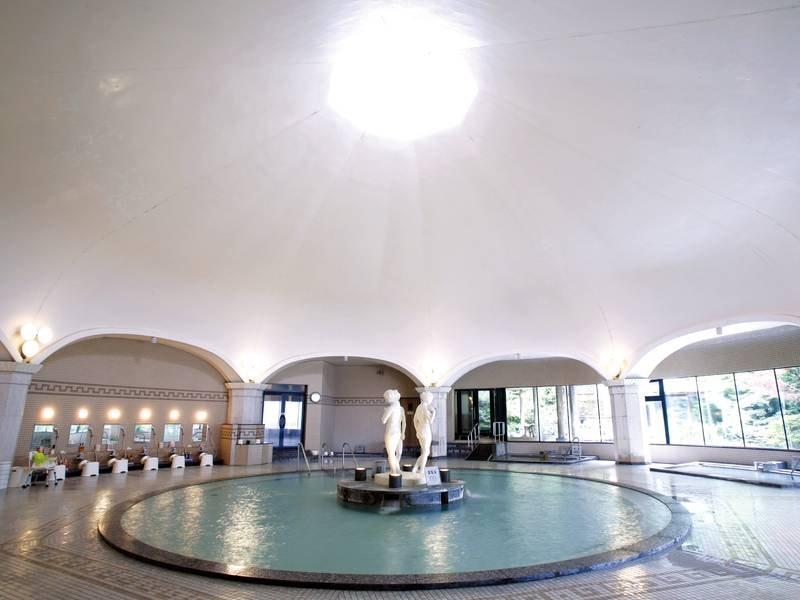 【ドーム型ローマ風大浴場】天井から優しい陽光が降り注ぐ