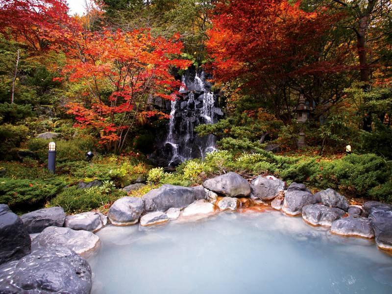 【露天風呂】秋には紅葉を眺めながら