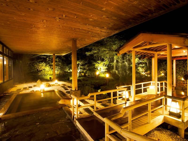 【露天風呂】夜は温かい灯りに癒される