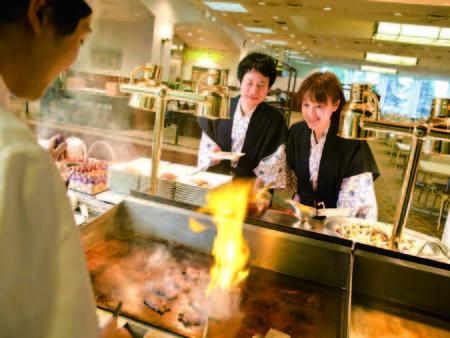 【夕食/例】焼きたてステーキや揚げたて天婦羅など、実演料理が充実!