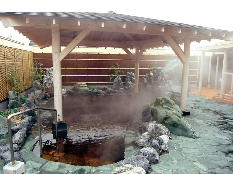 【男性浴場】茶褐色の温泉を満喫!露天風呂