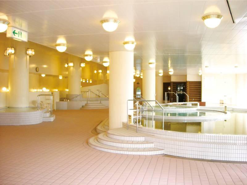 【男性浴場】広々とした浴場で多彩な湯船が楽しめる