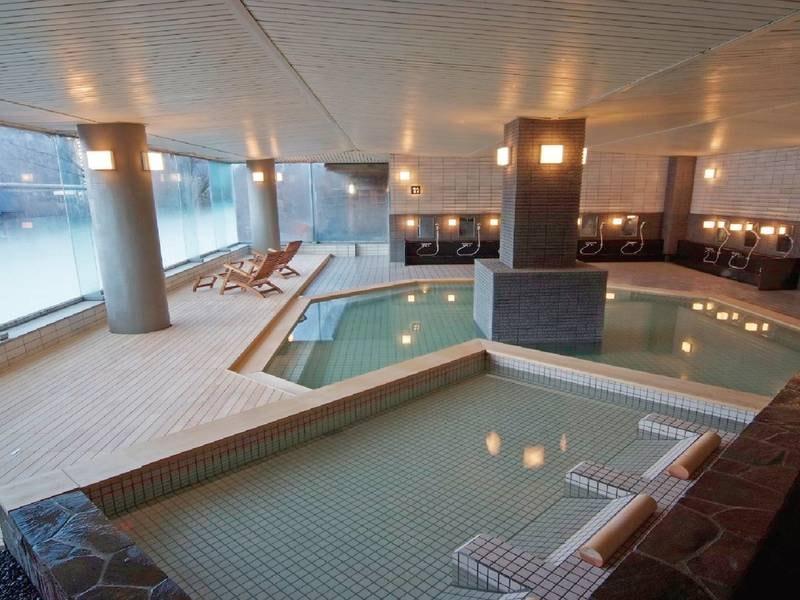 【岩露天風呂(秋)】例年10月中旬~下旬は紅葉露天が楽しめる