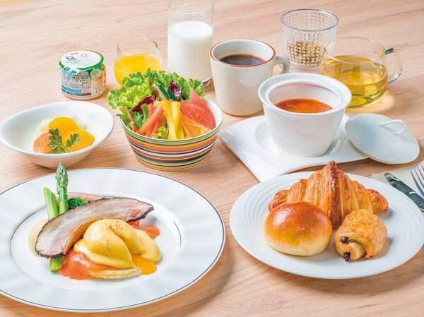 【朝食/例】ライブキッチンではエッグベネディクト等が楽しめる