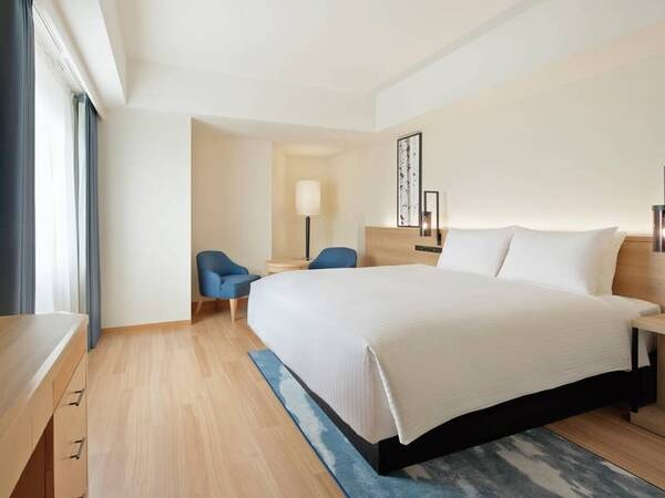 【キングベッドルーム】ベッドは全室サータ社製のマットレスを採用