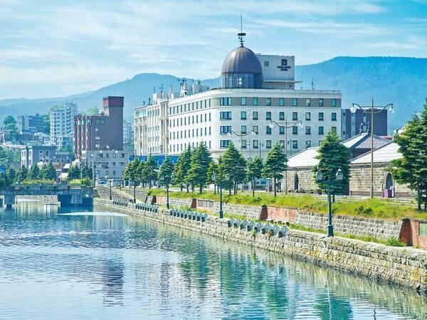 【外観】運河前の美しい景色に溶け込むヨーロッパ調ホテル