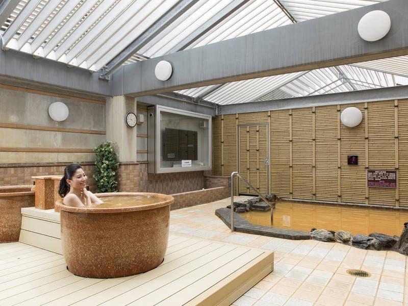 【露天風呂】開放的な露天風呂では、メイン浴槽の他に「つぼ湯」もご用意