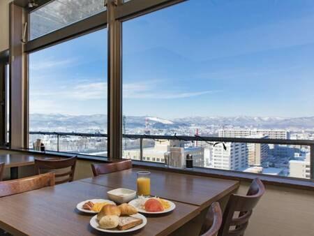 【食事会場】旭川市内と、晴れた日には大雪の山々を眺めながら朝食が楽しめます